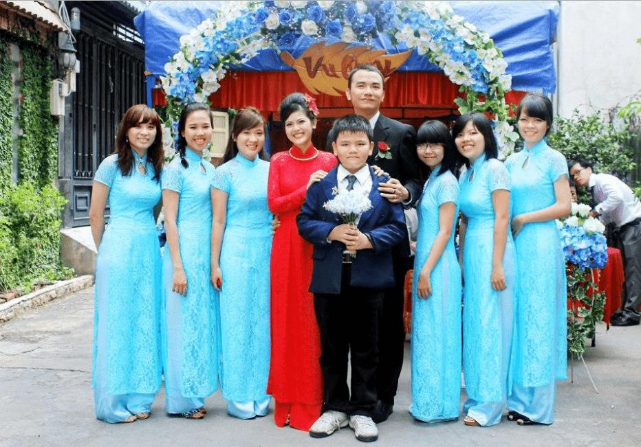 Áo dài màu xanh bưng lễ