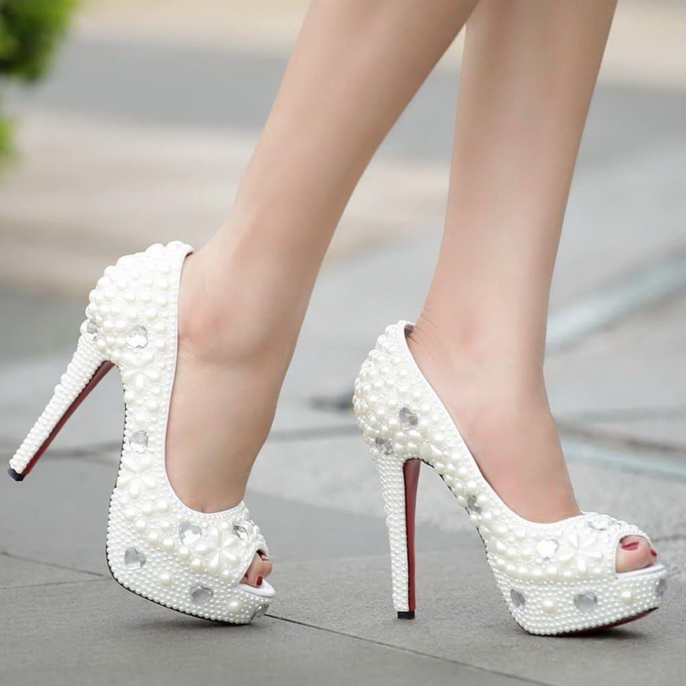 Giày cưới không vừa chân nhưng vẫn cố đi