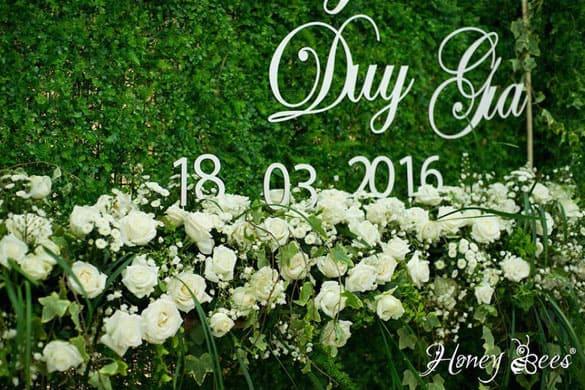 trang trí lễ đính hôn với phông nền backdrop chụp ảnh màu xanh lá