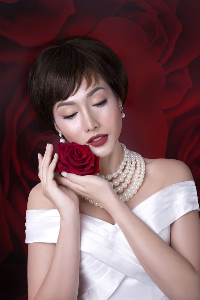 Trang điểm cô dâu tiệc cuối năm với tông đỏ quyến rũ