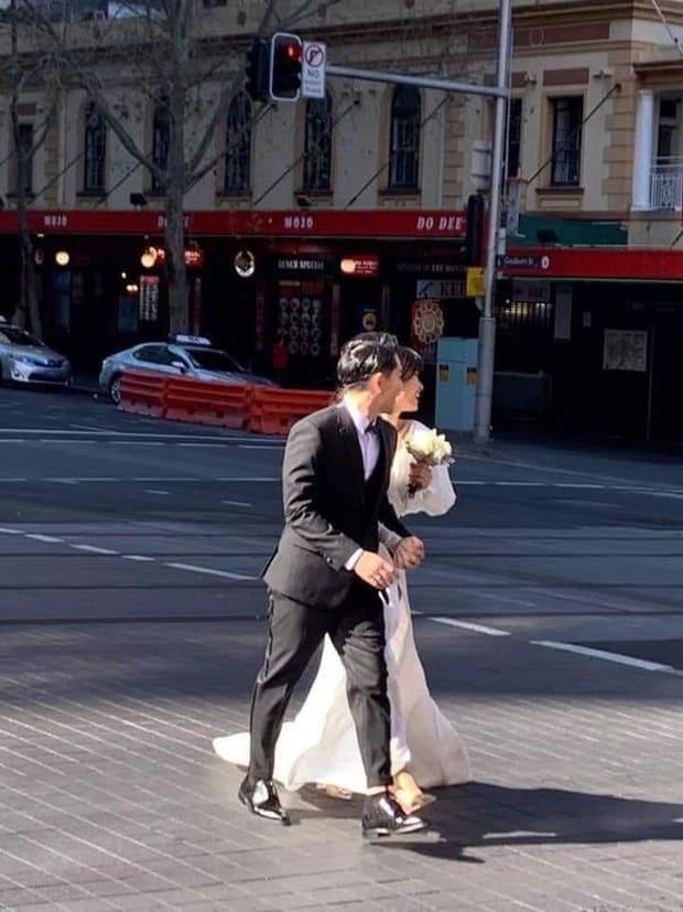 Đông Nhi - Ông Cao Thắng diện đồ đôi, nắm tay cực tình về Việt Nam sau khi lộ hậu trường ảnh cưới ở Sydney - Ảnh 4.