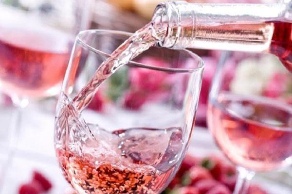 Rượu vang hồng trong tiệc cưới
