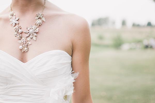 Dây chuyền là điểm nhấn cho cô dâu trong bộ váy cưới