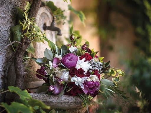 tổ chức tiêc cưới ngoài trời bằng hoa tươi
