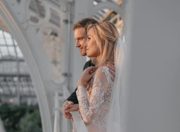 YouTuber nổi tiếng bậc nhất thế giới PewDiePie vừa chính thức kết hôn, mời xem chùm ảnh cưới của anh - Ảnh 3.