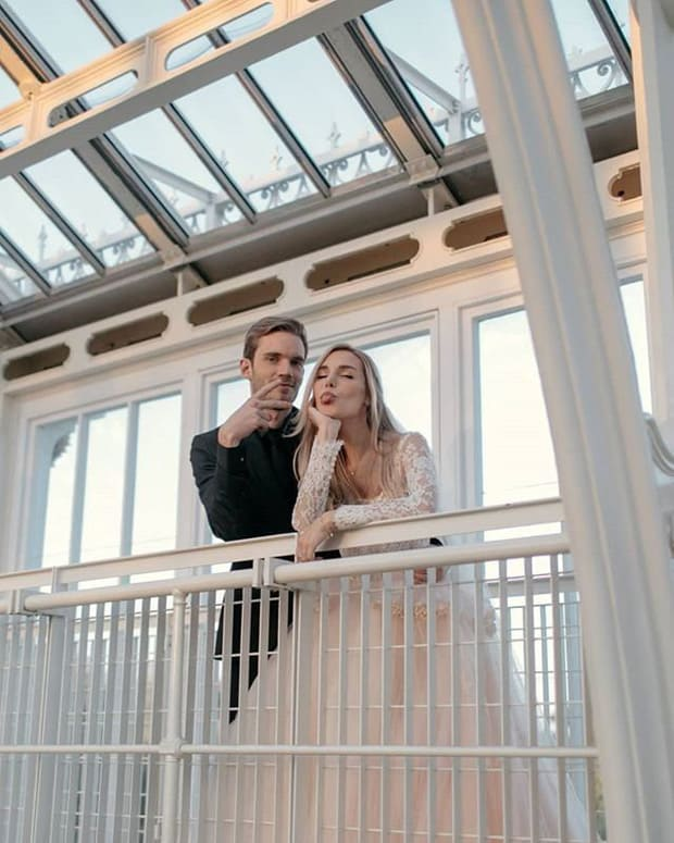 YouTuber nổi tiếng bậc nhất thế giới PewDiePie vừa chính thức kết hôn, mời xem chùm ảnh cưới của anh - Ảnh 5.
