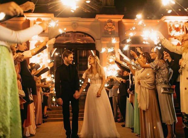 YouTuber nổi tiếng bậc nhất thế giới PewDiePie vừa chính thức kết hôn, mời xem chùm ảnh cưới của anh - Ảnh 9.