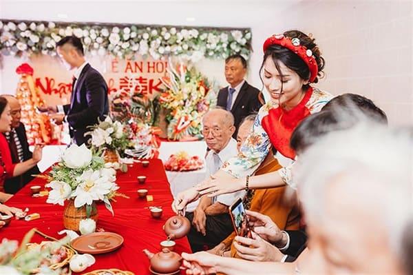 Cô dâu cú rẻ mời nước quan viên 2 họ trong buổi lễ ăn hỏi