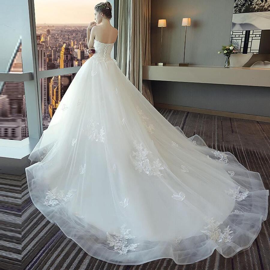 Đi chọn váy cưới cùng bạn thân để có những nhận xét khách quan Mate