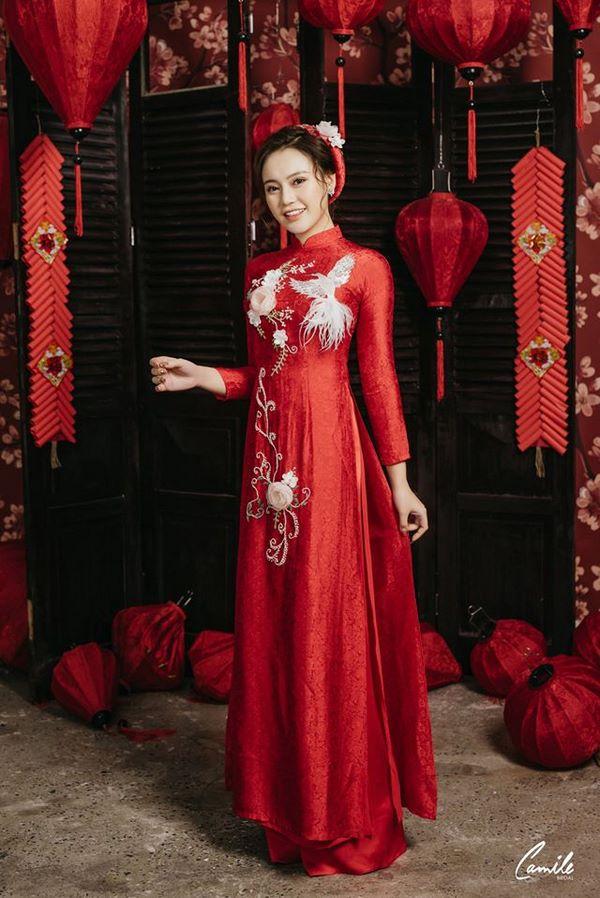 Mẫu áo dài cưới màu đỏ họa tiết hoa và chim 2 Mate.vn