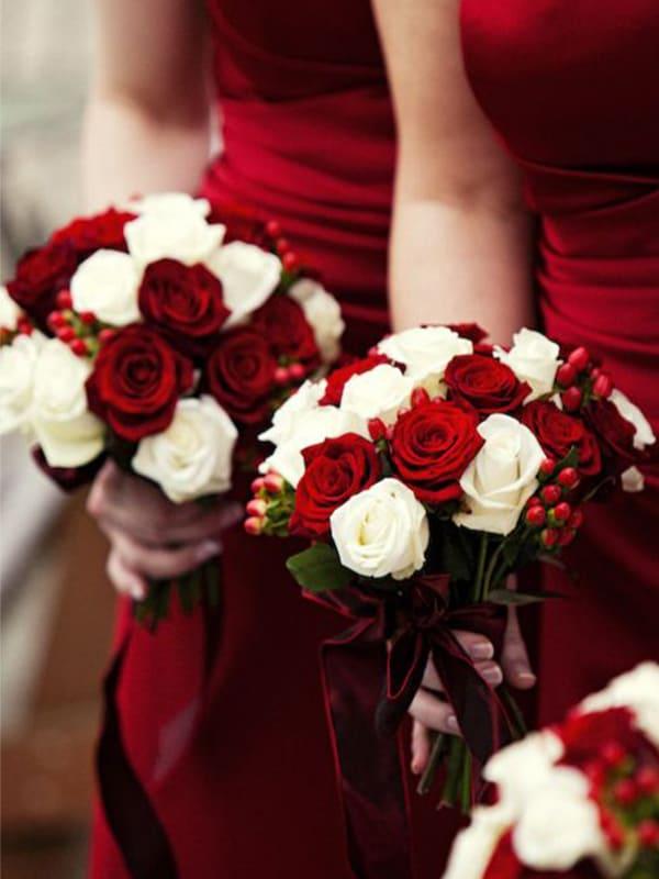 Hoa cưới và trang phục đỏ