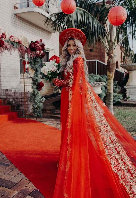 Trang phục trong lễ rước dâu thường là áo dài Mate.vn
