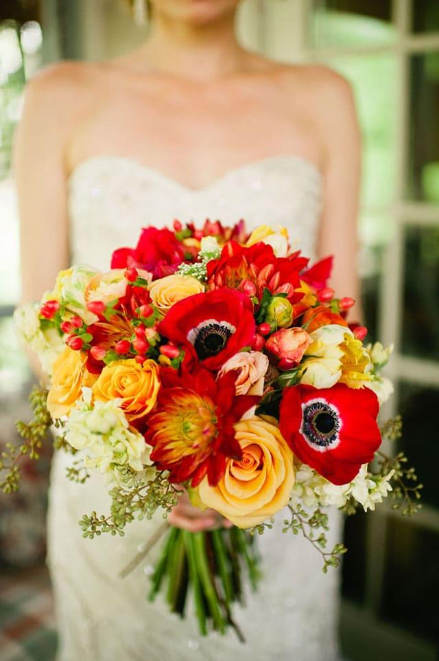 Những bó hoa cưới màu đỏ quyến rũ cho cô dâu thêm phần nổi bật trong ngày trọng đại